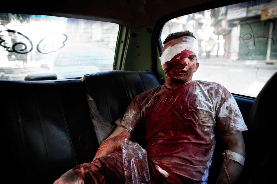 Många patienter som kommer till Dar al-Shifa måste på grund av brist på medicinsk utrustning skickas vidare till sjukhus som kontrolleras av regimen. Sjukhuspersonalen hjälper mannen in i en taxi och hoppas att han kommer igenom alla säkerhetskontroller.  Hans gravida fru har  också skadats allvarligt när deras hus bombades.