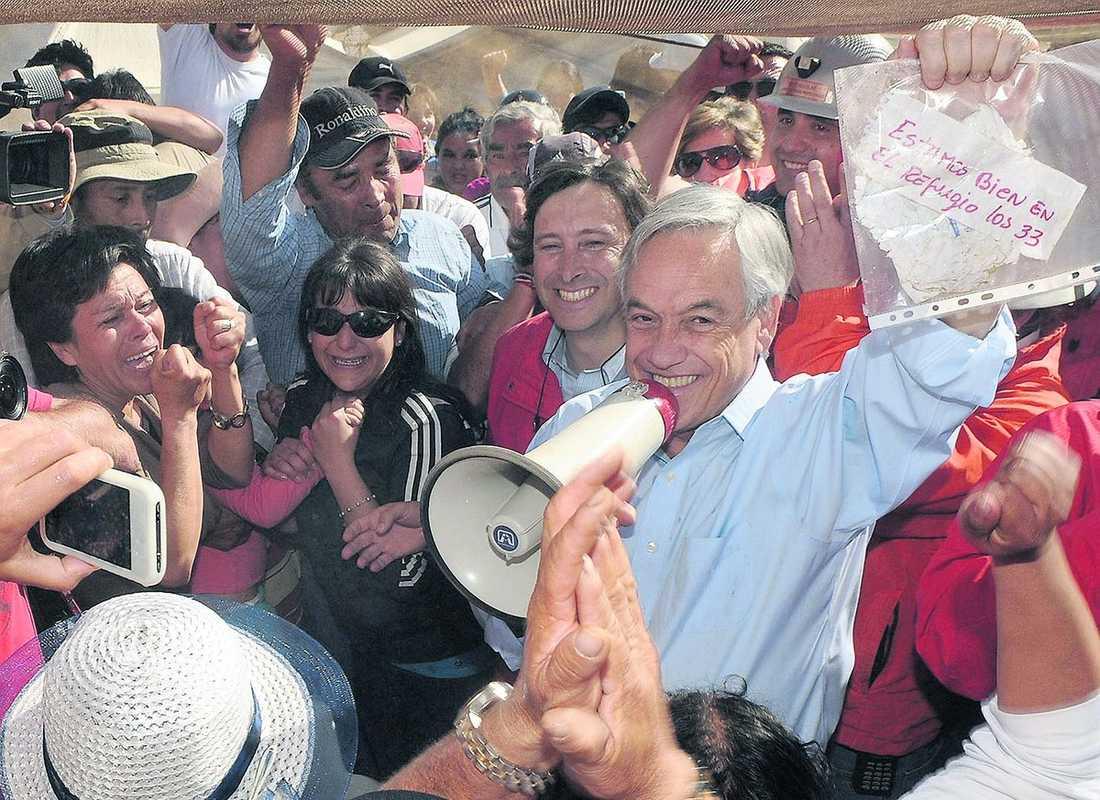 """livstecken Efter 17 dagar instängda i gruvan trodde man hoppet var ute för gruvarbetarna, men så fick de en papperslapp från djupet. Här håller Chiles president Sebastian Piñera upp den vita lappen med texten """"Alla 33 av oss är i gott förvar"""". Räddningsarbetet kan ta upp till 120 dagar."""