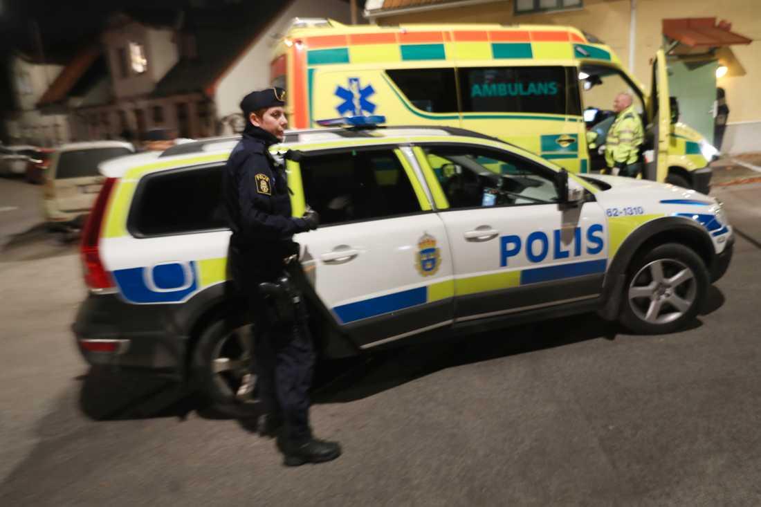 Larmet om skottlossning på Eriksfält kom vid 18-tiden och polisen fann först bara en tom bil med kulhål. En halvtimme senare hittades den skadade.