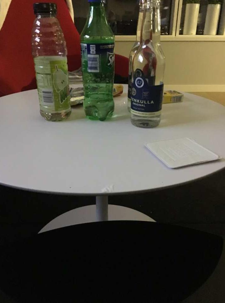 I framkant på bordet syns rester av vitt pulver, som efter test visat sig vara kokain.
