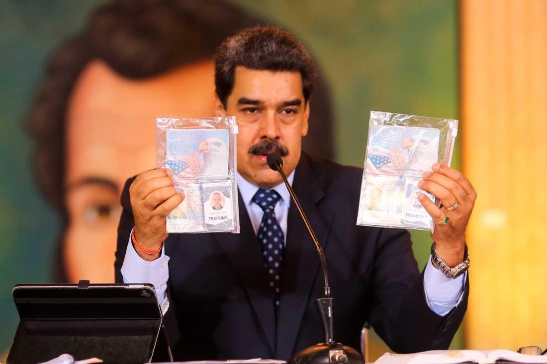 Venezuelas president Nicolás Maduro visar upp vad myndigheterna hävdar är id-handlingar för de två män från USA som gripits i landet anklagade för att ha deltagit i ett kuppförsök.