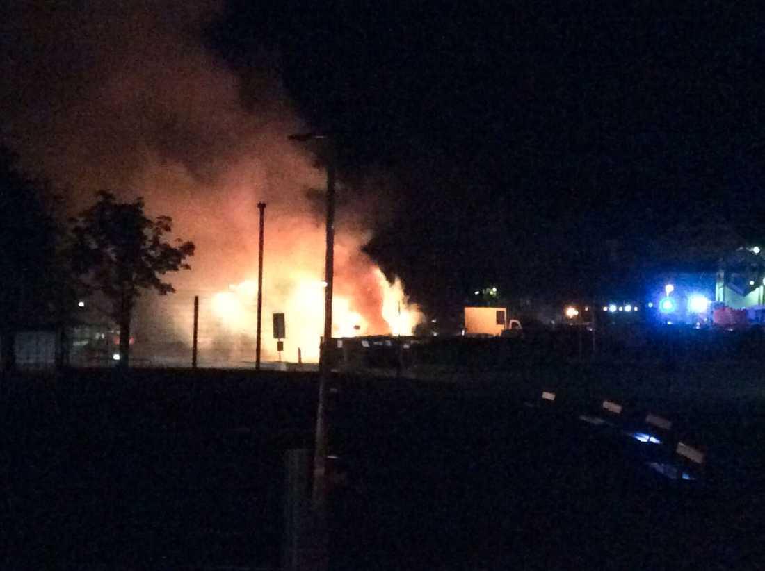 En boende ska ha sprungit fram till sin bil för att backa undan den från elden.