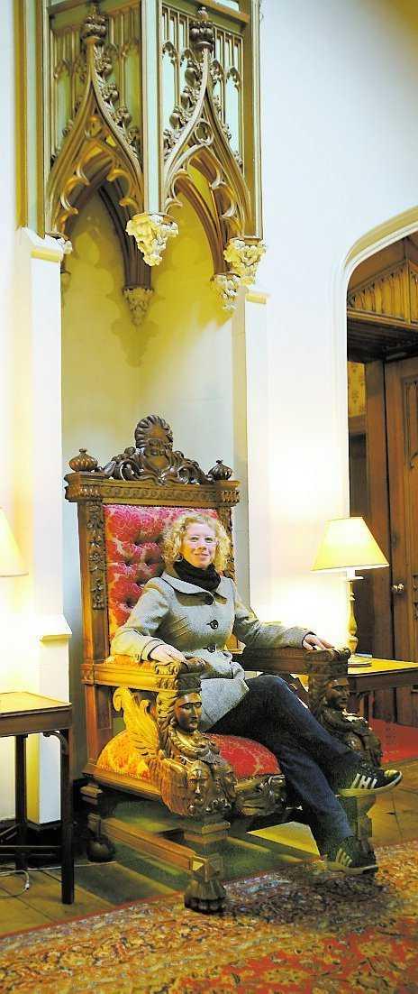 Aftonbladets Nina Hampusson finner sig tillrätta i slottets kungliga stol.