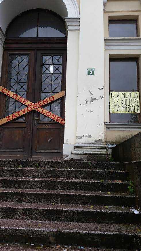 """I krigets efterdyningar har kulturen fått ta stryk. När Simon Bank besöker nationalmuseet i Sarajevo är det stängt. """"Inget museum. Ingen kultur. Ingen moral."""", står det på ett plakat."""