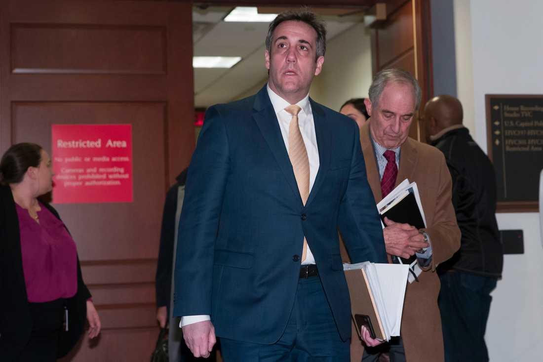 Michael Cohen på väg ut efter det sista av tre utskottsförhör i veckan.