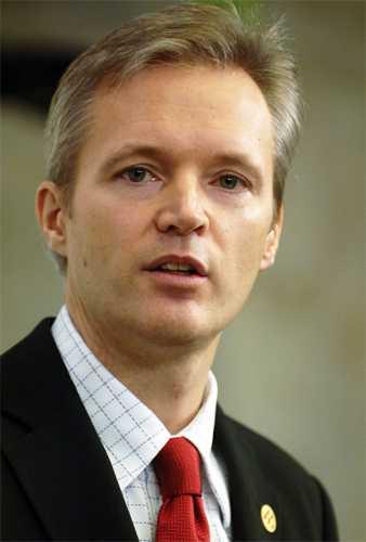 2006 Sten Tolgfors, född 17 juli 1966, blev handelsminister 2006. Året därefter efterträdde han Mikael Odenberg som försvarsminister.
