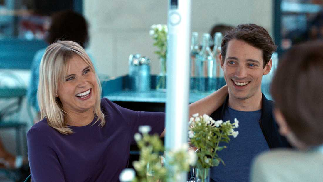 """Celia Sparre och Adam Lundgren i """"Lyckligare kan ingen vara""""."""