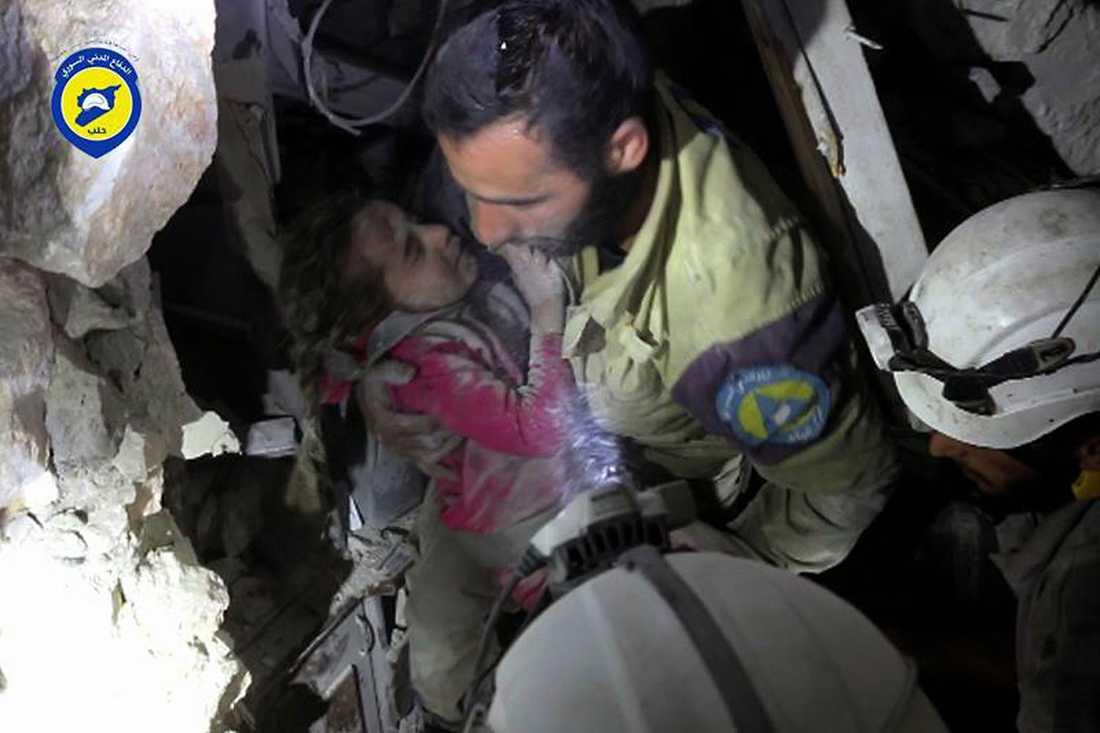 Ghazal Akhtarini lyfts ut ur bråten av räddningspersonal från Vita hjälmarna.