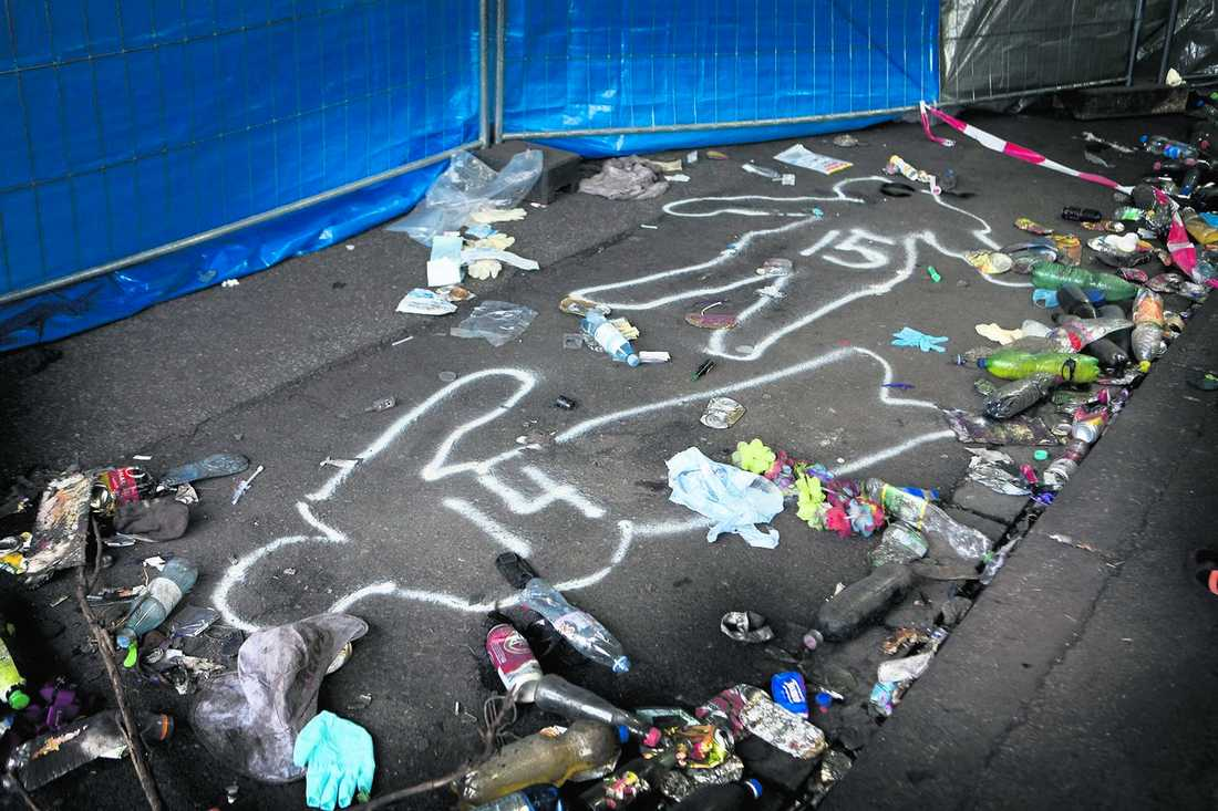 Runt omkring ligger skor, mp3-spelare och krossade solglasögon. I går eftermiddag gick också delstatens ministerpresident Hannelore Kraft in i tunneln och lade ner blommor för att hedra de döda.Dog i tunneln| På asfalten nere i tunneln har polisen målat konturerna efter festivalens offer. Kropparna var utspridda på ett område på tio gånger femton meter i tunneln.