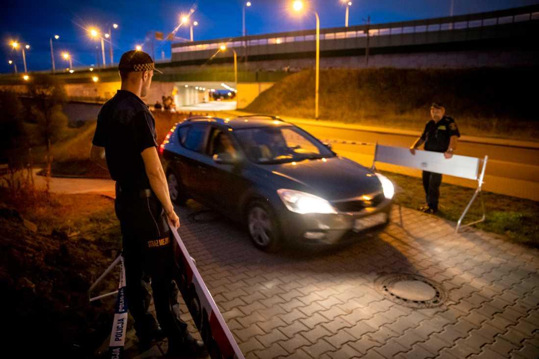 Polisen släpper fram arbetare som har jobbat med att stoppa läckan.
