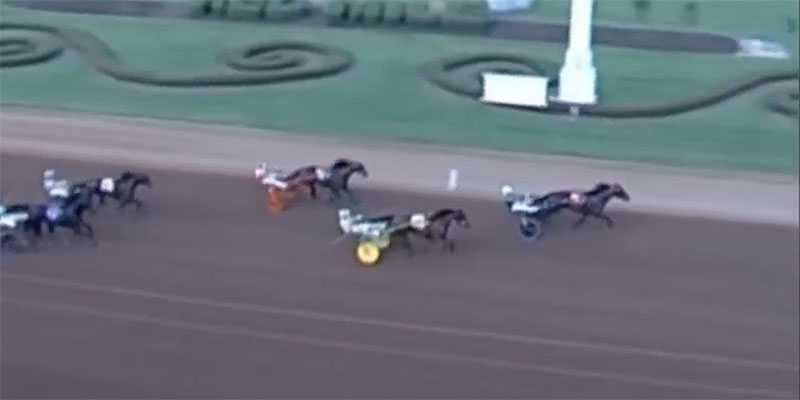 Här vinner Åke Svanstedt  och stjärnhästen Six Pack storloppet Kentucky Futurity på nytt världsrekord. Förstapriset: 200 000 dollar, eller drygt 1,8 miljoner kronor.