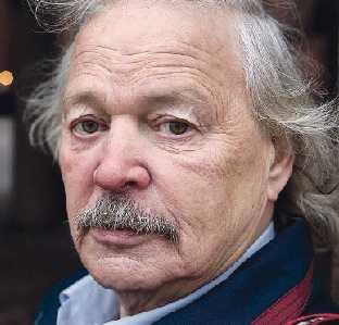 Bengt Sändh, 74, trubadur och snuslegendar: –Man kan inte lita på politikerna. Det är de största dumskallarna man kan tänka sig! Det finns inte en enda forskare som kan slå fast samband mellan hjärt- och kärlsjukdomar och tobak. Självklart snusar jag, det har jag gjort sedan jag var 15 år och kommer att göra så länge det växer tobaksplantor på den här planeten. Jag gör mitt eget snus och betalar inte ett öre i skatt för det.