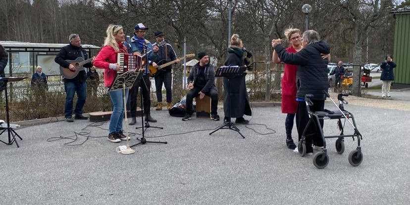 Tina Ahlin och Värmdö local heroes utanför äldreboendet Gustavsgården.
