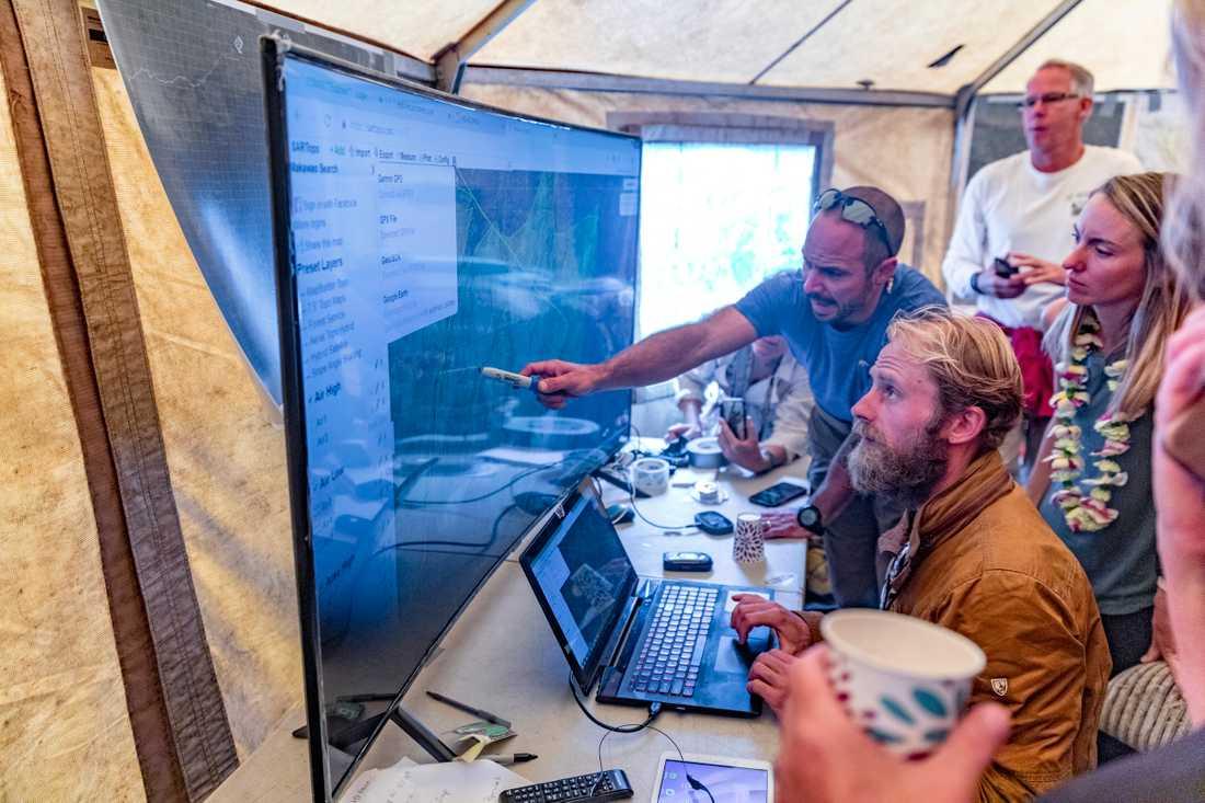 Räddningsledaren Javier Cantellops och Chris Berquist visar en del av den tekniska utrustningen som användes i sökandet efter Amanda Eller.