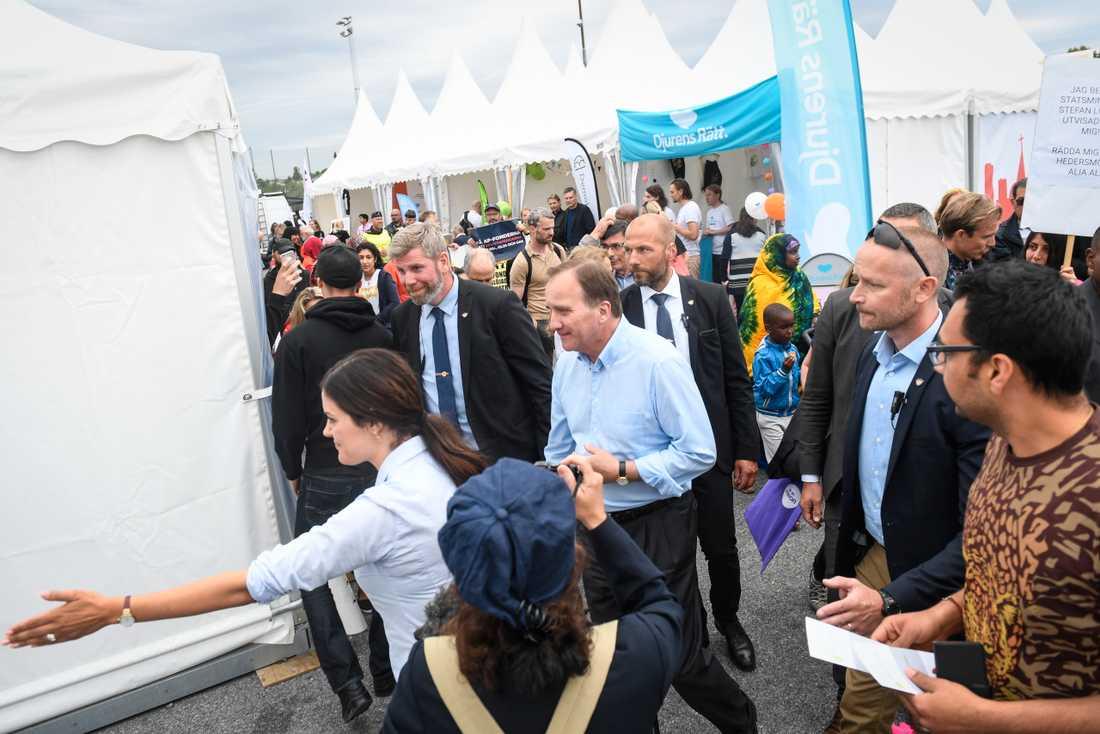 Statsminister Stefan Löfven (S) minglar bland mässtälten på politikerveckan i Järva i fjol. Arkivbild.