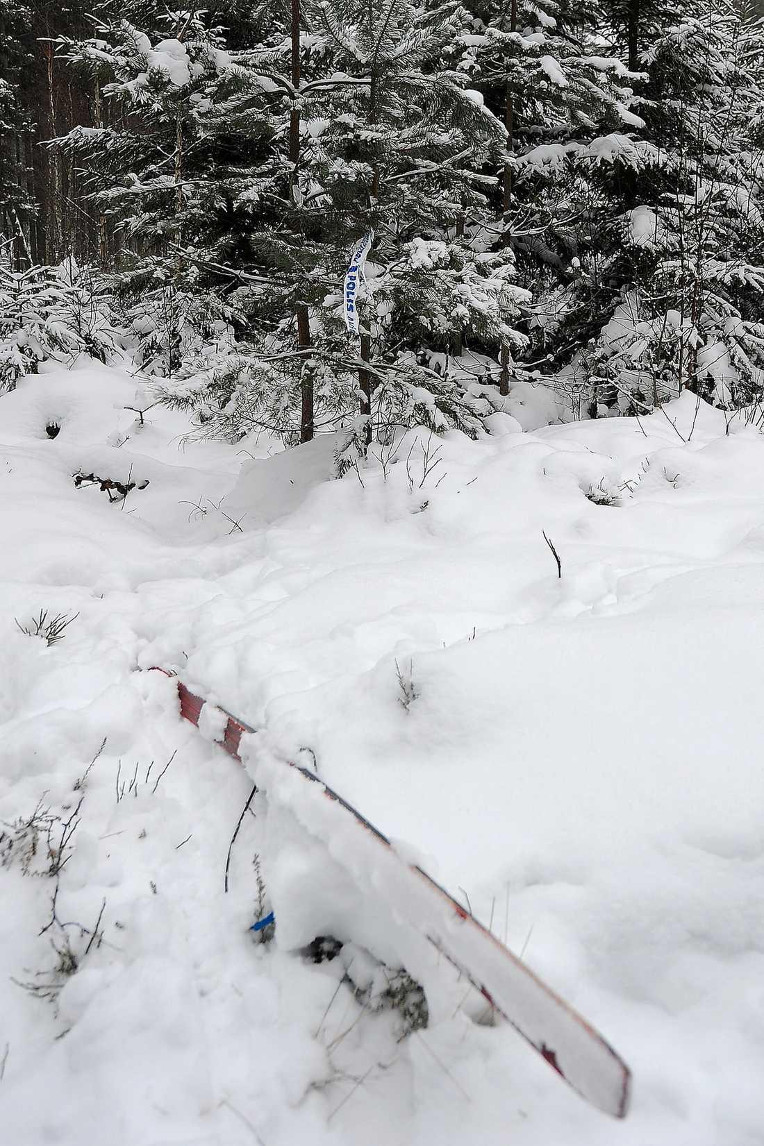 'OAKTSAM' Skidan som sticker upp ur snön tillhörde den 71-årige skidåkare som förra året sköts ihjäl utanför Ljungby. Åklagaren menar att den 32-åriga kvinnliga jägaren har varit oaktsam.