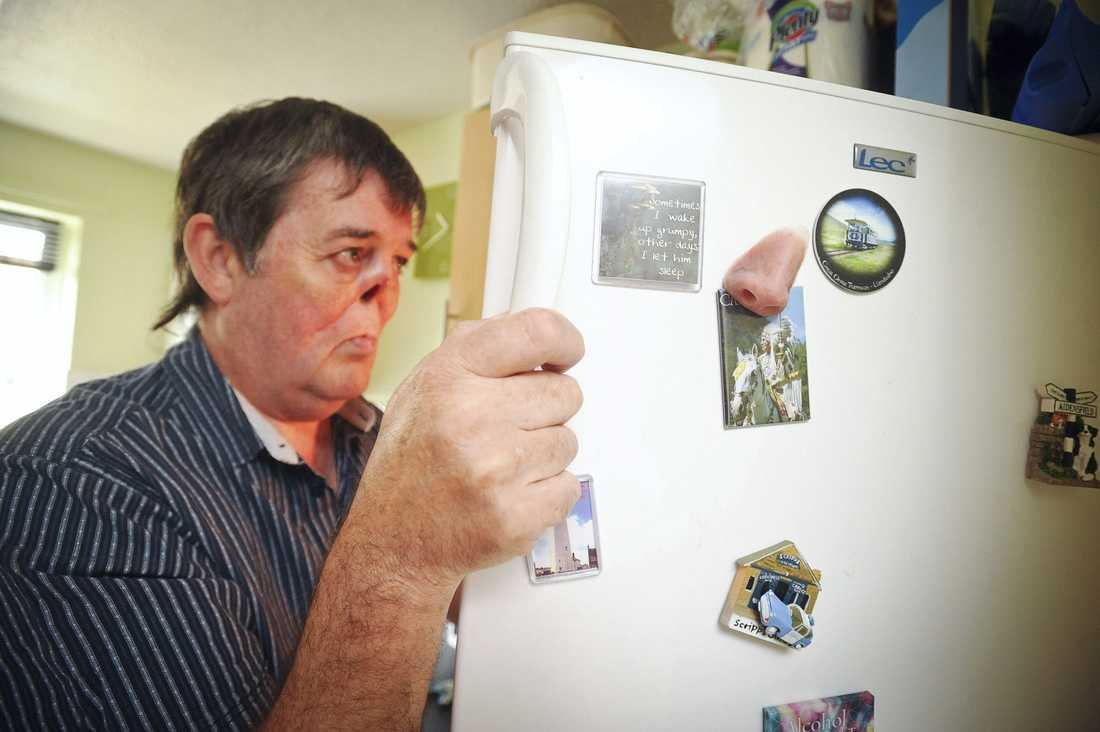 Bert Eastham med näsan på kylskåpet.
