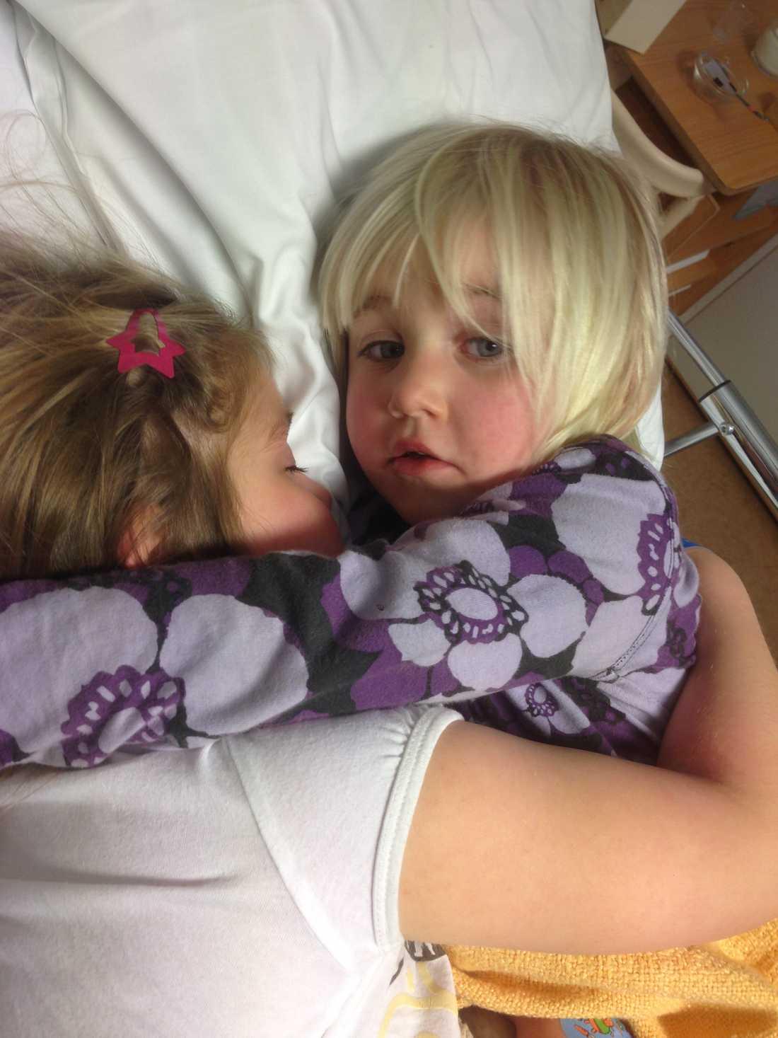 Systrarna tillsammans på sjukhuset.