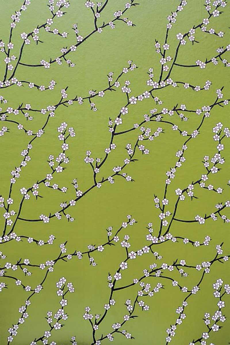 Vacker grön tapet med körsbärsblommor på från Mimou, 650 kr/rulle.