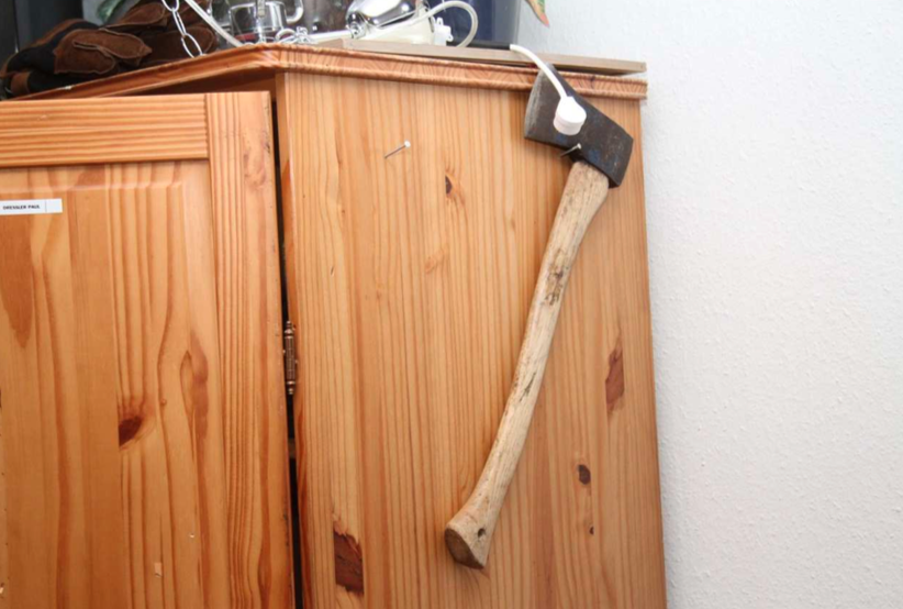 Hemma hos 27-åringen hittade polisen flera vapen, så som knivar och yxor.