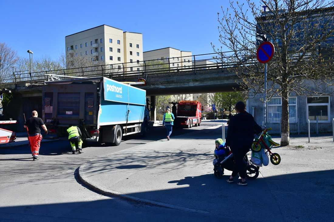 Postnordbil har kört fast under en bro. Kanske kundens fel även det?