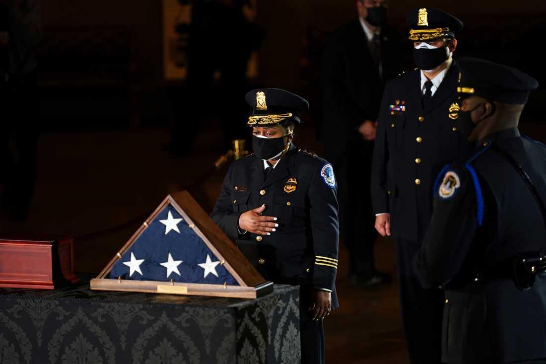 Tillförordnade kongresspolischefen Yogananda Pittman (till vänster) hedrar den dödade kollegan Brian Sicknick vid en ceremoni. Arkivbild.