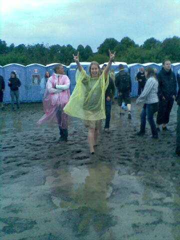 FESTIVAL  Tina Fröberg, 38, tog bilden på Åsa Westblom i regnet på Sonisphere-festivalen.