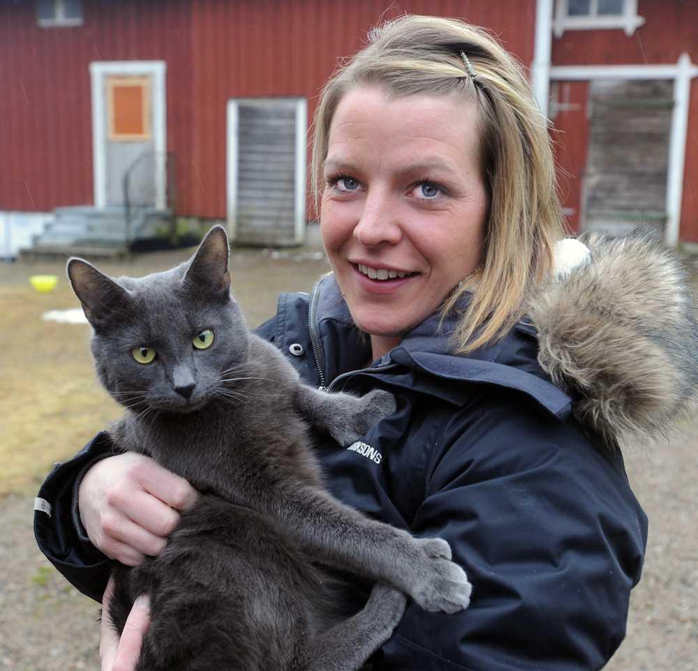 """Skrämde katten """"När jag bar in katten skakade han och väl inne spydde han på golvet"""", säger Annica Blomquist, 32"""