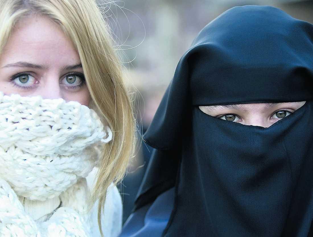 """""""Strider mot lagen"""" Skolans beslut om att elever med niqab inte får gå på utbildningen strider mot lagen, anser DO Katri Linna. Personerna på bilden har inte med artikeln att göra."""