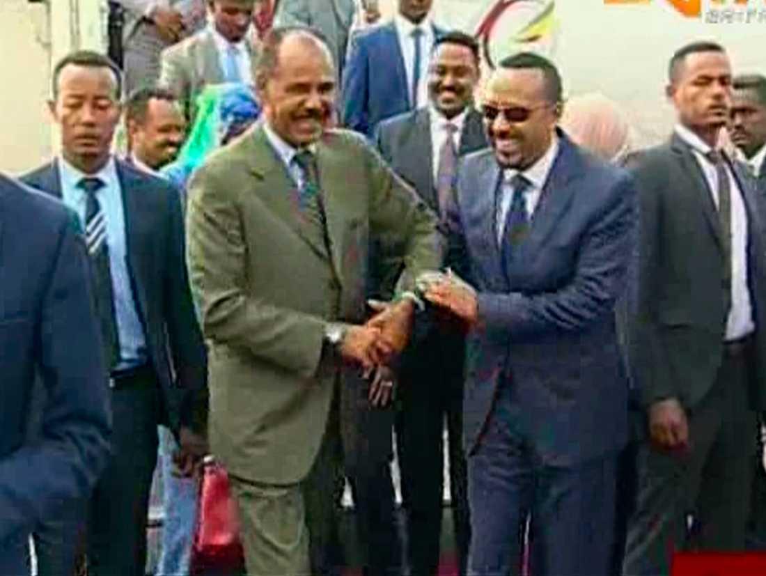 Etiopiens premiärminister Abiy Ahmed (till höger) välkomnas till Asmara i juli av Eritreas president Isaias Afwerki. Arkivbild.