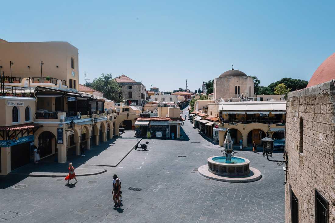 Sokratesgatan i Rhodos stad är tom och ödslig.