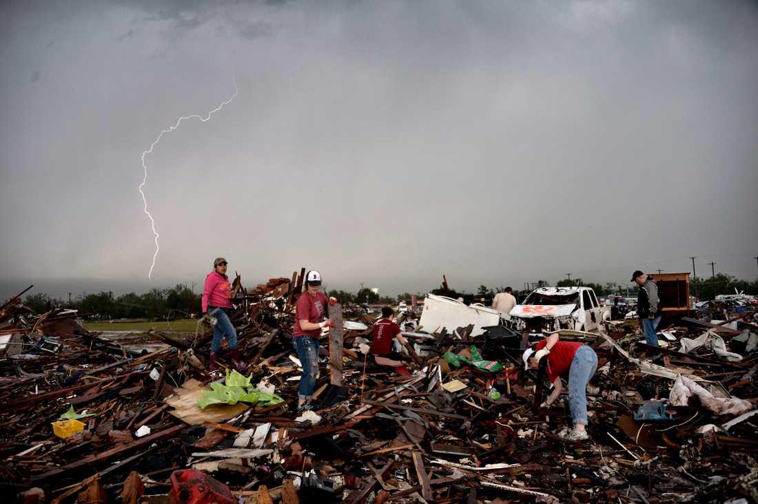 23 MAJ, MOORE, OKLAHOMA, USA Allt blev förstört. Med en vindstyrka på upp till 94 meter i sekunden drog tornadon in över staden Moore i Oklahoma. Byggnader förvandlades till ett stort plockepinn och bilar plattades ner till plåtskal. 25 människor, varav nio barn, miste livet. 370 människor skadades.