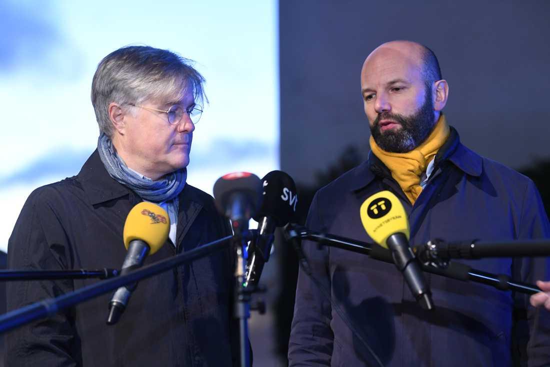 Så här såg det ut när Martin Wästfeldt, förhandlingschef för PTK, och Mattias Dahl, vice vd Svenskt Näringsliv, meddelade att de kommit överens om las. Arkivbild.