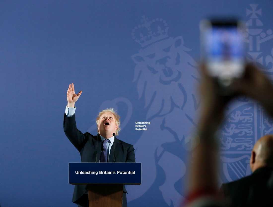 Boris Johnson i talartagen på Old Naval College i Greenwich, London, på måndagen.