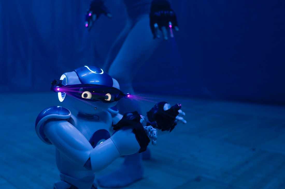 """Nao-roboten Alex dansar med Ludvig Daae i """"The most human"""" på MDT i Stockholm"""