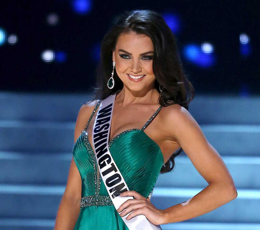 Cassandra Searles, som var Miss Washington 2013, ska ha postat ett Facebook-inlägg där hon beskrev hur Donald Trump upprepade gånger tafsat på henne och tagit henne på rumpan