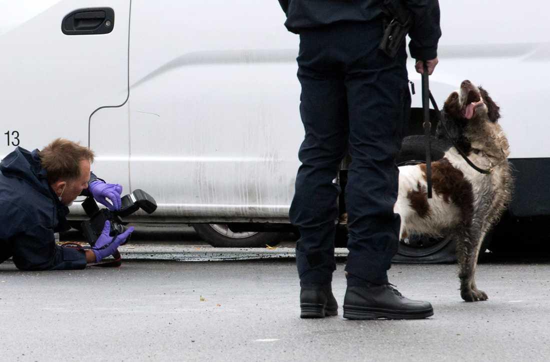 Polisens tekniker undersöker platsen för en ny handgranatsexplosion i Malmö på söndagsmorgonen. Strax efter halv fem på söndagsmorgonen skedde en explosion på Rönnblomsgatan i Malmöstadsdelen Värnhem.