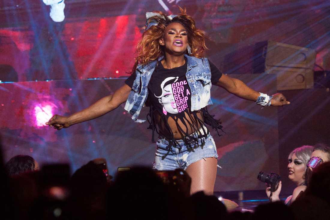 """Chi Chi DeVayne uppträder på scen under """"RuPaul's Drag Race""""."""
