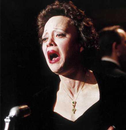 """""""Rien de rien ..."""" Marion Cotillard som Piaf i """"La vie en rose"""", som gick upp på svenska biografer i går. Verklighetens Piaf var i Sverige och sjöng 1947 och 1958."""