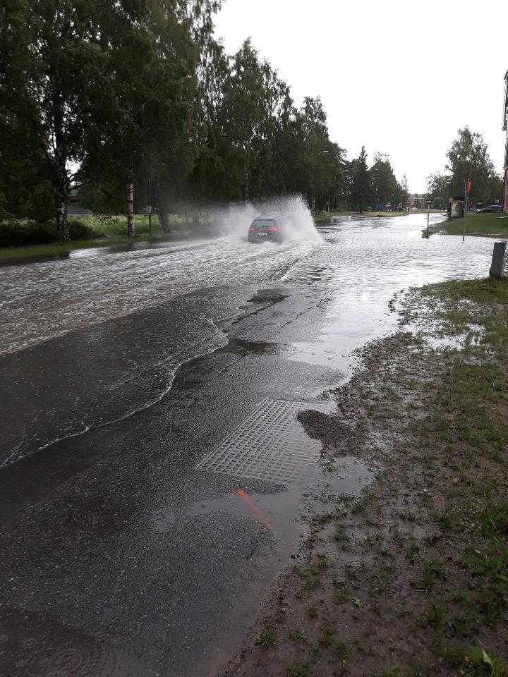 Extrema mängder regn svämmade över gatorna i Luleå.