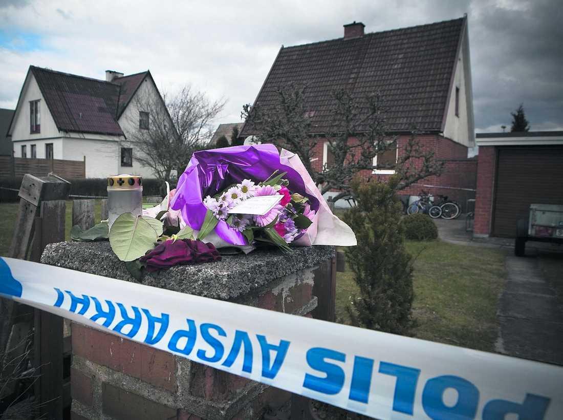 """""""En stor chock"""" Blomhögen växer utanför den villa i Malmö där en 48-årig man knivhögg sin sambo och sjuårige son till döds i torsdags. """"Allt är bara en stor chock för oss"""", berättar en släkting."""