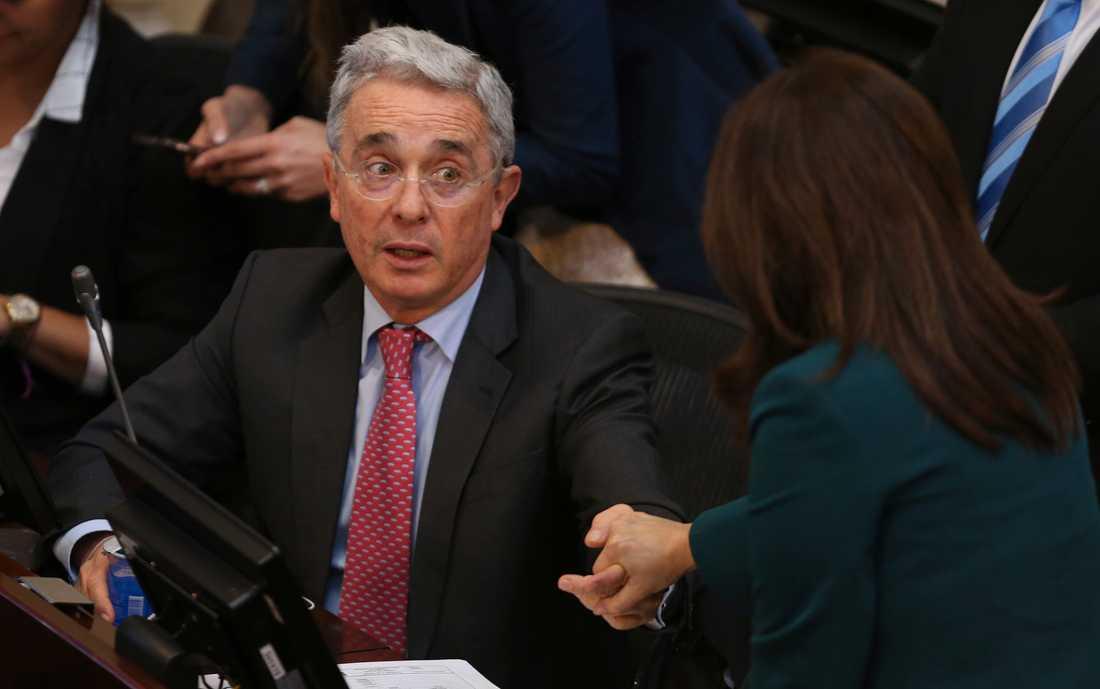 Colombias tidigare president Álvaro Uribe uppger att han ska frihetsberövas i koppling till en pågående brottsutredning mot honom. Arkivbild.