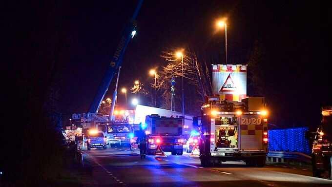 En allvarlig olycka med en lastbil med släp och tre personbilar inträffade under eftermiddagen på länsväg 117 i Hässleholm.