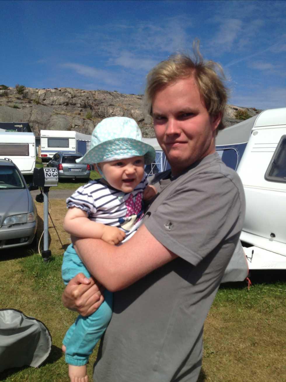 Sonen Jesper och barnbarnet Wilma i Smögen.