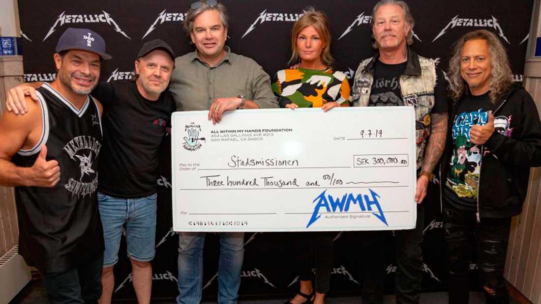 Metallica överlämnar checken till Göteborgs Stadsmisson.