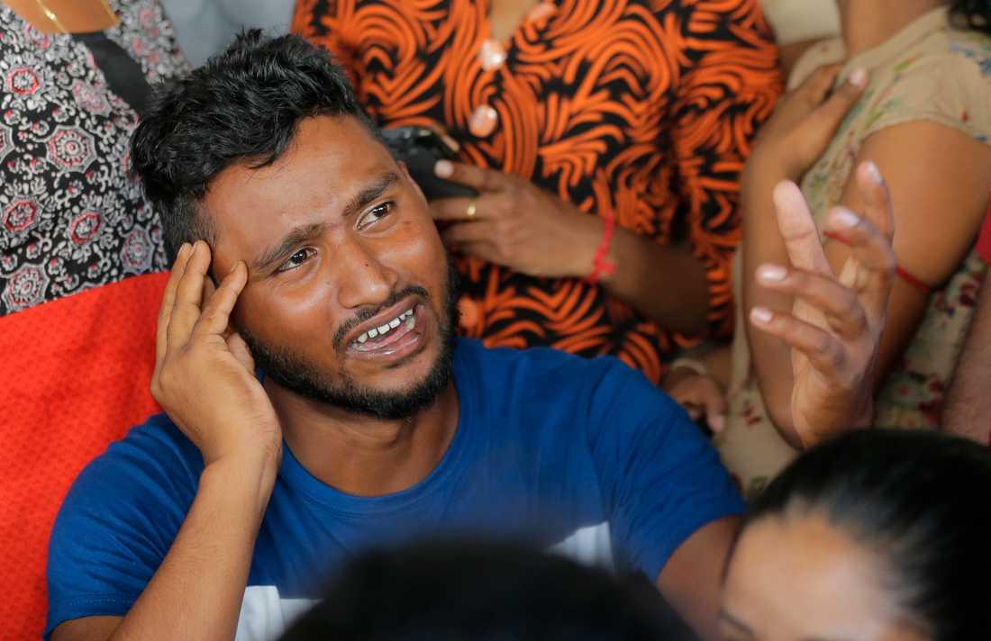 En man letar efter släktingar vid ett bårhus i Colombo dagen efter terrordådet.