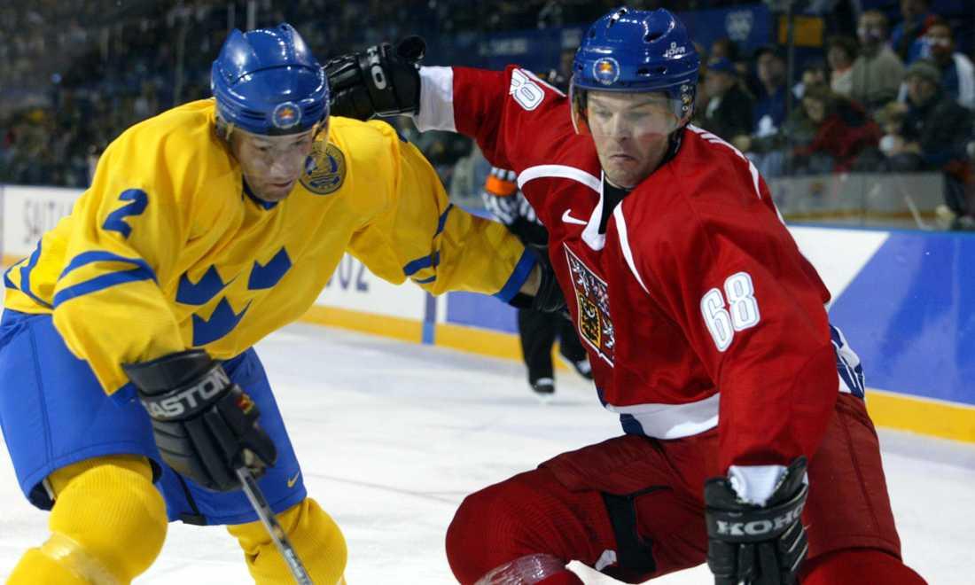 Jagr kämpar om pucken med Tre Kronor-backen Mattias Öhlund i OS i Salt Lake City 2002. Sverige vann matchen med 2-1.