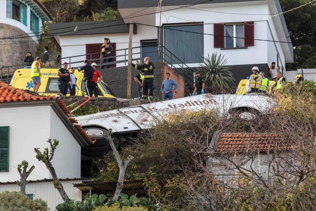 Sammanlagt är minst 29 personer döda i busskraschen.