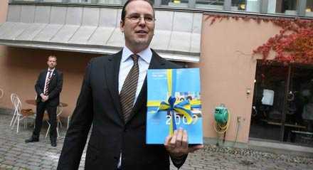Finansminister Anders Borg på väg till riksdagen med höstbudgeten.
