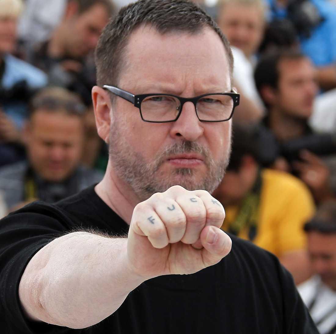 """VILT DYGN  Lars von Trier anlände till Cannes och skapade kaos. För all världens kameror visade han upp sin ena knoge som han hade skrivit """"fuck"""" på. På den efterföljande presskonferensen med Kirsten Dunst chockade han med sina nazistskämt. Det var desto lugnare på kvällen när han gick på röda mattan med stjärnorna ur """"Melancholia"""" – men då hade festivalledningen tvingat fram en ursäkt ur honom."""